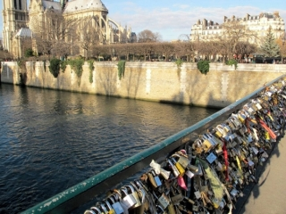 love_locks on bridge